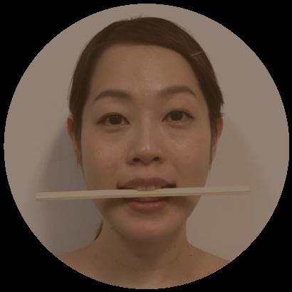 割り箸を軽く歯ではさむ口を軽く開けて割り箸を上の歯でかみ、下は舌で軽く支えるようにはさみます。